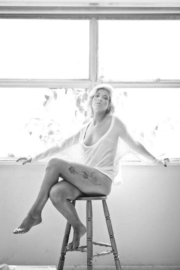 PORTRAITS_Hannah_bw_sitting